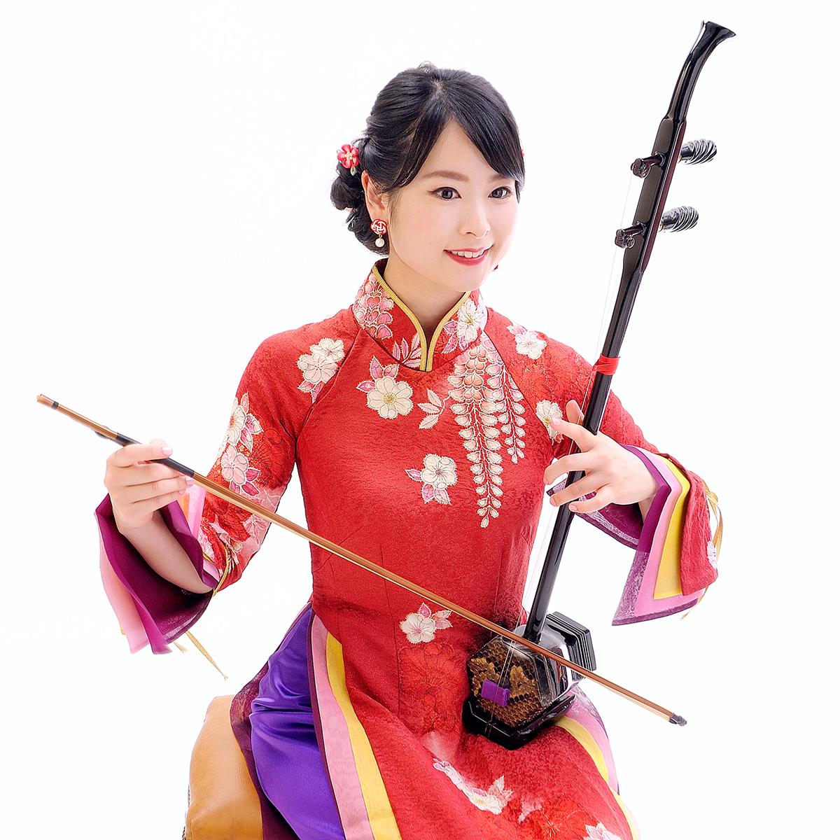 二胡を演奏する鈴木裕子